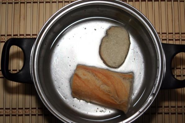 gazpacho de invierno: mojar-el-pan-en-agua