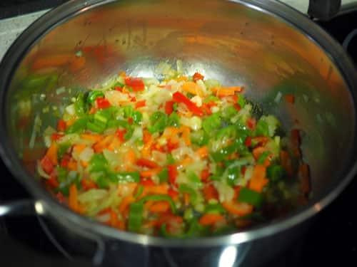 rehogar-todas-las-verduras-para-la-Paella-Vegetariana