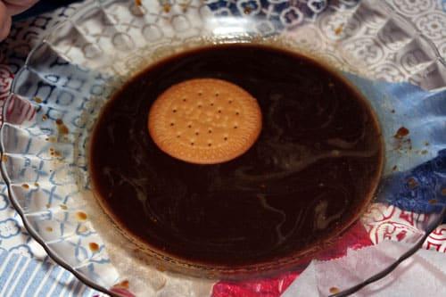 mojar galletas en cafe para la Tarta de Galletas Portuguesa