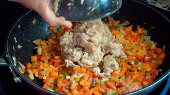 agregar el atun al sofrito de verduras