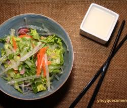 ensalada china con salsa agridulce blanca