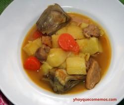 guiso de patatas con carne y alcachofas