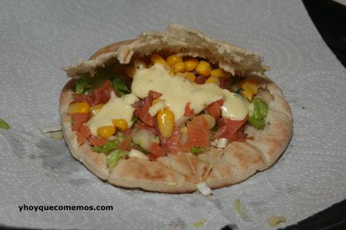 pita rellena con salsa de ajo tierno y yerbabuena