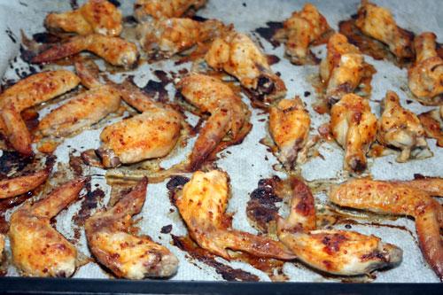 Hornear-las-alitas-de-pollo-con-salsa-barbacoa