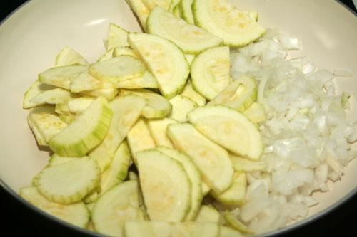 cortar-las-verduras-para-la-salsa-de-calabacin