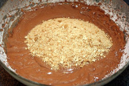 mezclar-todos-los-ingredientes-y-las-galletas-trituradas