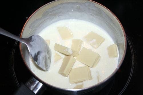 preparar-la-cobertura-de-chocolate-blanco