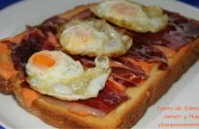 tosta de salmorejo jamon y huevo