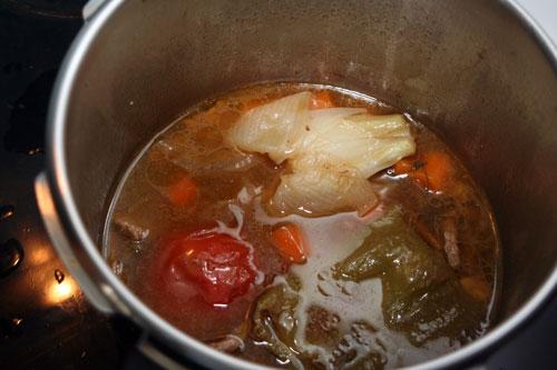 abrir-la-olla-y-desechar-el-tomate,-la-cebolla-el-pimiento-y-los-ajos