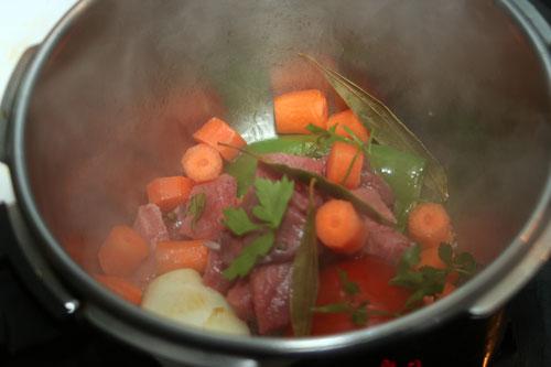 incorporar-la-zanahoria,-perejil-y-laurel