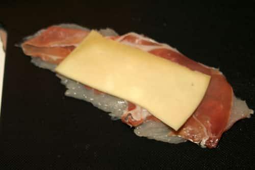 enrollar-el-filete-de-pollo-con-el-jamon-y-el-queso