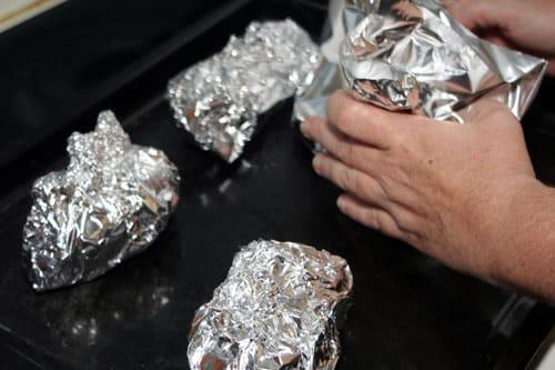 envolver-las-patatas-en-papel-de-aluminio