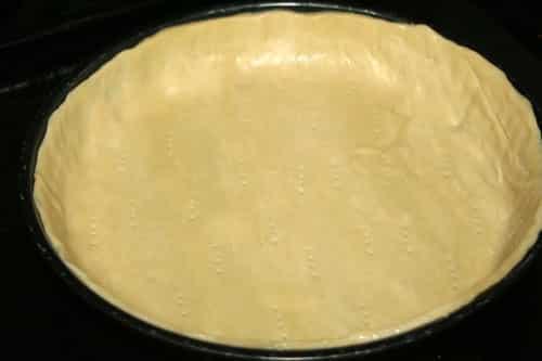 estirar-y-poner-la-masa-brisa-en-un-recipiente-para-tartas
