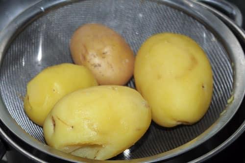 hervir-las-patatas,-pelarlar-y-cortarlas