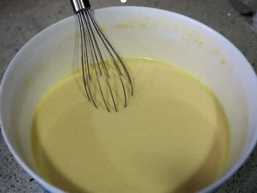 batir-todos-los-ingredientes-para-la-Torta-de-Fresas