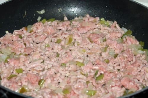 agregar-la-carne-para-el-relleno-de-quesadilla-de-pollo