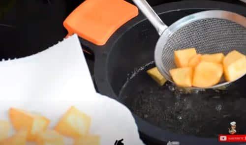 freir las patatas