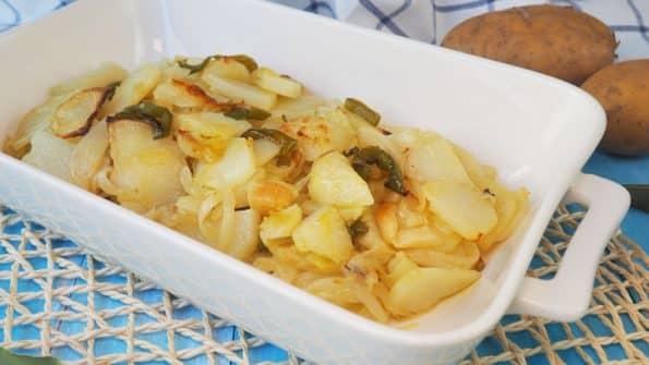 receta patatas panaderas al horno en rodajas con pimientos y cebolla