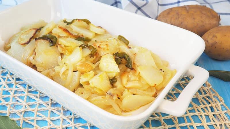 receta patatas panaderas al horno en rodajas con pimientos y ajo