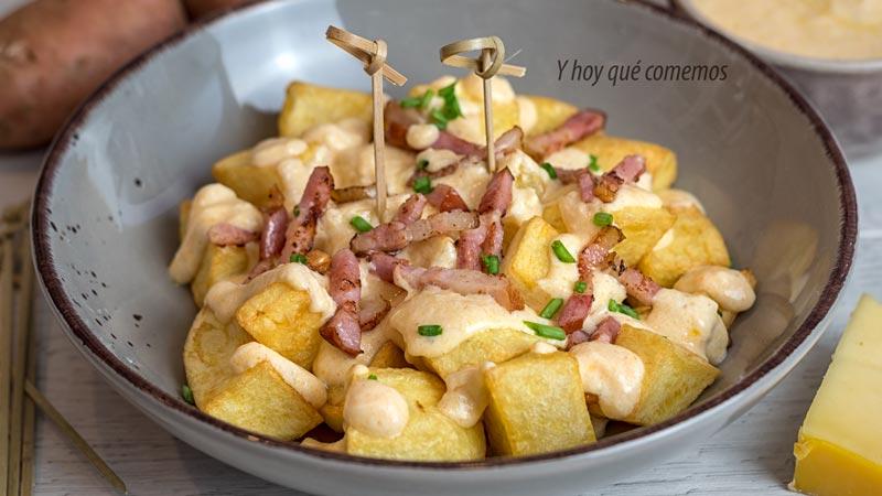 receta de patatas con salsa de queso como acompañamiento o guarnicion