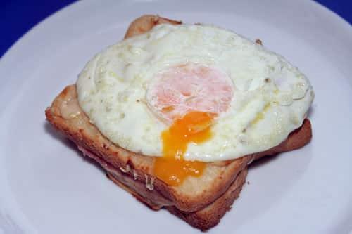sandwich croque madame recien salido del horno