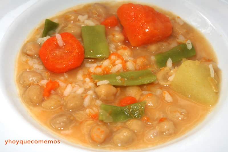sopa de arroz, garbanzos y verduras