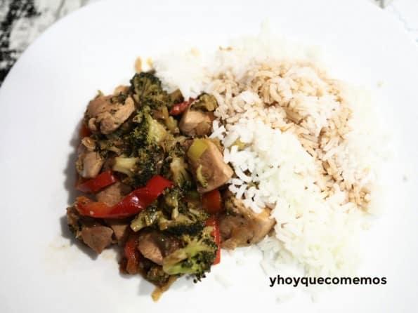 pollo con brocoli y guarnicion de arroz
