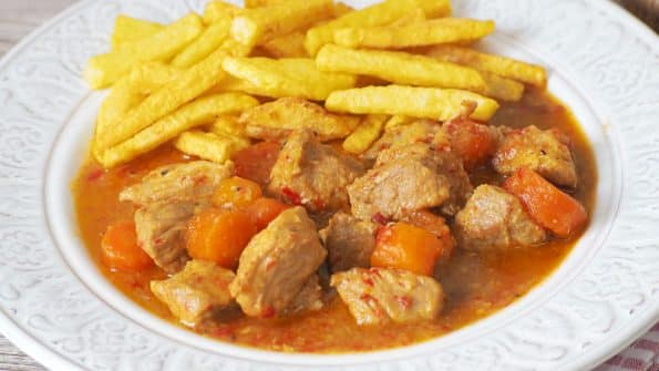 guiso de carne de cerdo en salsa