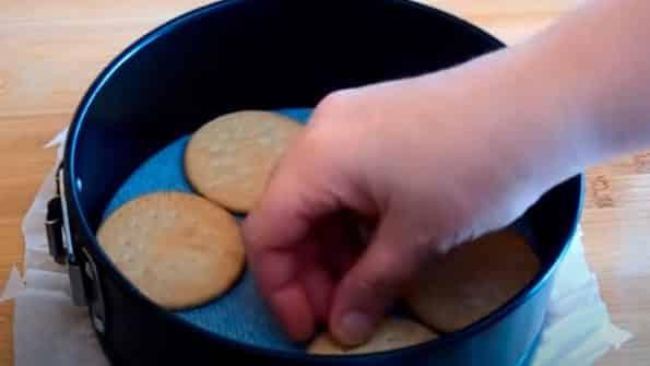 en el fondo de la tarta colocar galletas