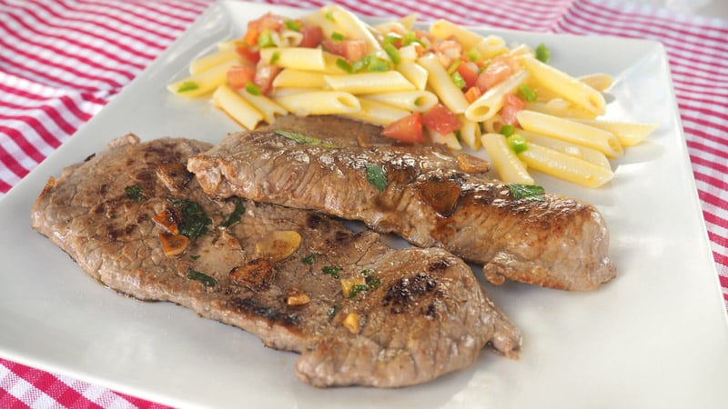 filetes-de-ternera-a-la-plancha-con-ensalada-de-pasta
