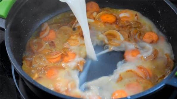 agregar el caldo para el solomillo de cerdo en salsa tradicional