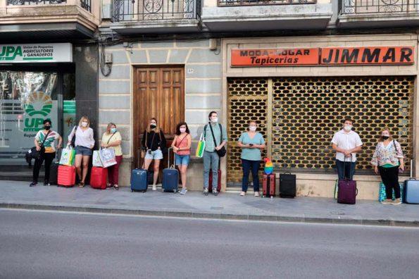 grupo esperando bus