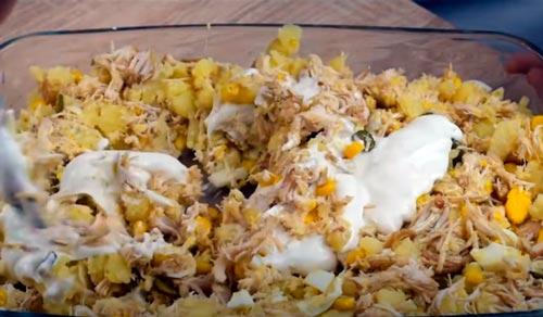 mezclar la ensaladilla de pollo escabechado con mahonesa
