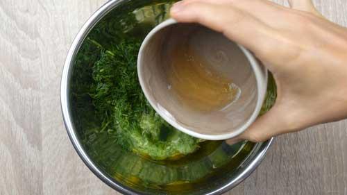 agregar aceite y vinagre a la salsa tzatziki